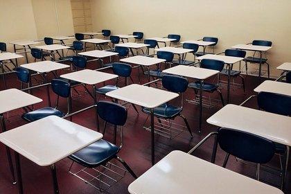 机と椅子の並んだ教室