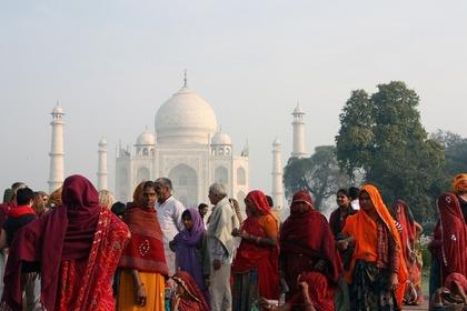 世界遺産のタージマハルと人々