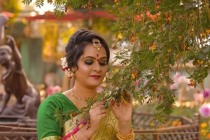 木を触る綺麗なインド人女性