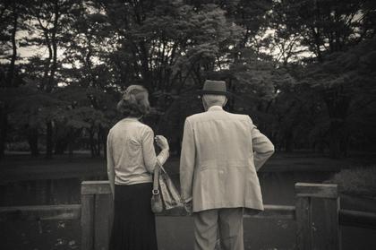 素敵な老夫婦の後ろ姿