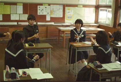 じゃんけんをする学生たち