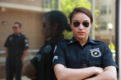 警察官が腕を組む