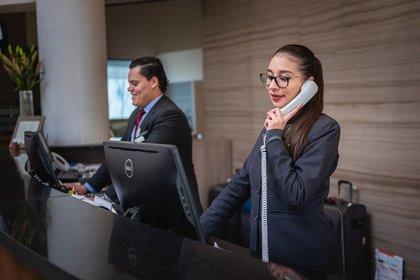 電話をする受付の女性