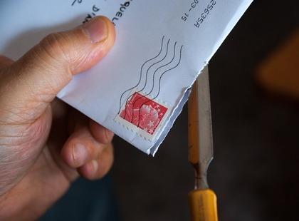 手で封筒を持つ