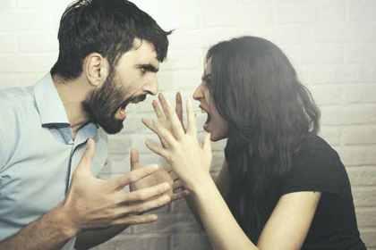 怒るカップル