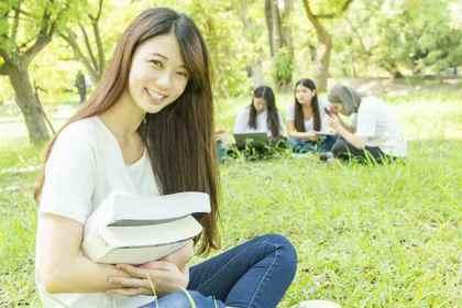 本を抱える女子学生