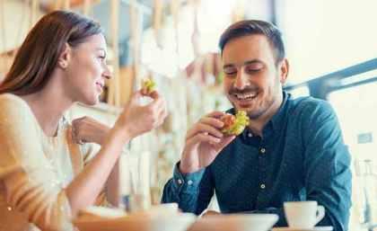 楽しそうに食事するカップル