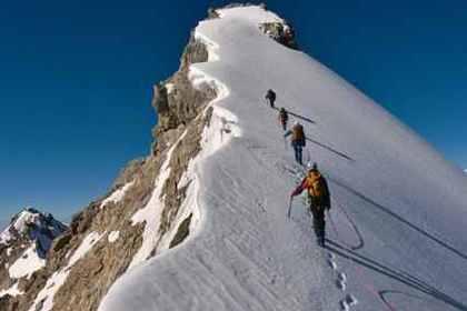雪山を登る人々