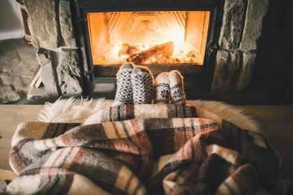 暖炉の前の2人