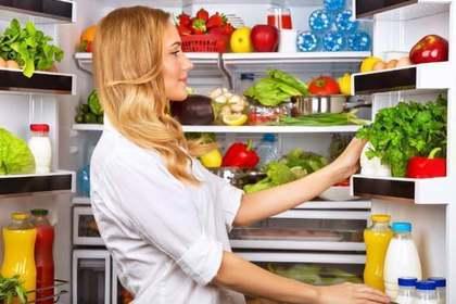 冷蔵庫と女性