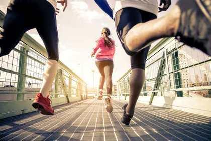橋の上を走る人たち