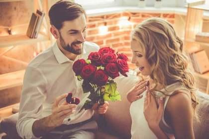 薔薇を渡す男性