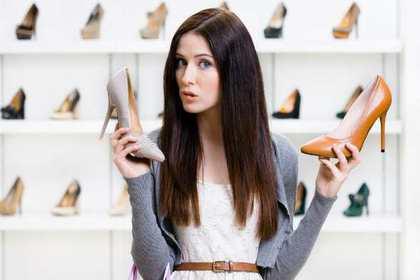 靴屋さんで靴を選ぶ女性