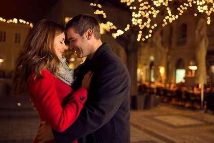 夜の街でデートする二人