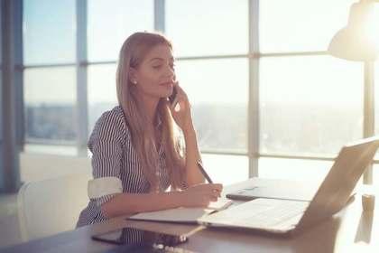 PCで文章を入力する女性