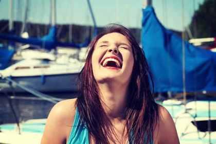 船をバックに大声を上げる女性