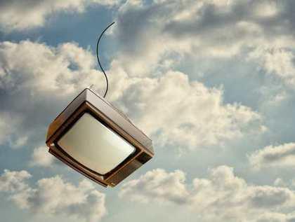 空から落ちるテレビ