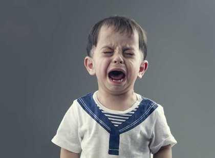 言葉が伝わらず泣き叫ぶIQの低い可能性のある子供