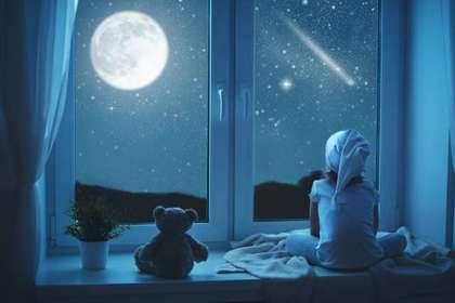 月を見る子ども