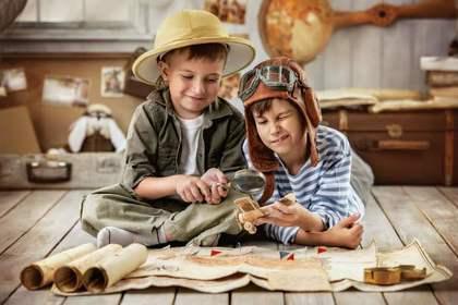 地図を眺める男の子二人