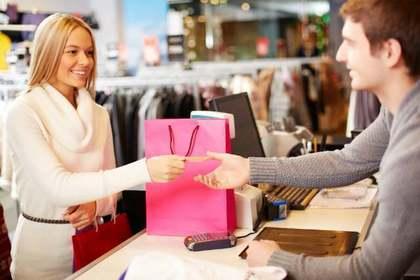女性と店員