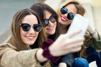 自撮りする女性三人