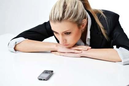 携帯を見つめる人