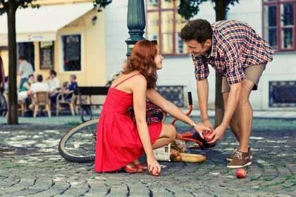 りんごを拾う女性と手助けする男性