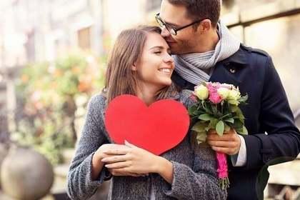 花束とハートを持つ男女