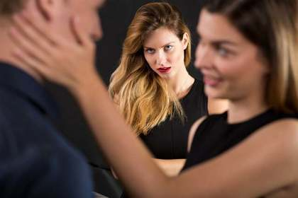 カップルを睨む女性