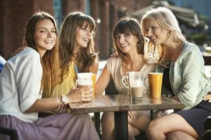 楽しむ4人の女性