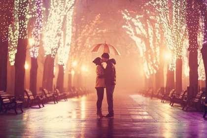 イルミネーションとキスをする2人