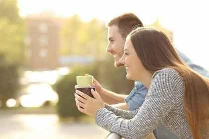 景色を見るカップル