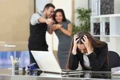 指をさされて悩む女性