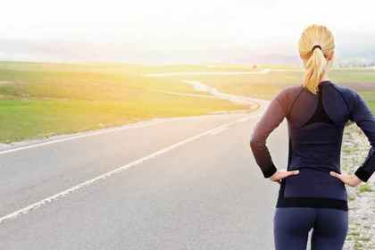 道の先を眺める女性