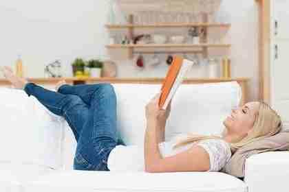 本を読む女性2