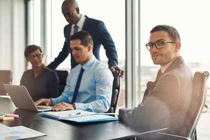 会議室でそれぞれ違ったものを見る男女画像