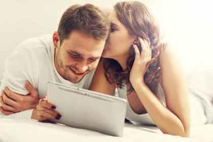 タブレットで動画を楽しむカップル
