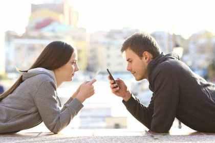 携帯を見つめる二人