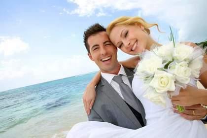 結婚式をする二人