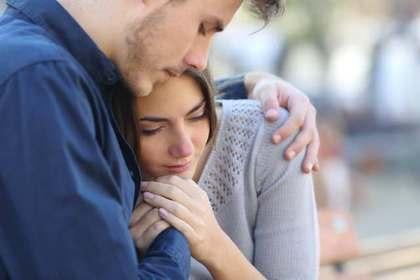 男性に抱き寄せられる女性
