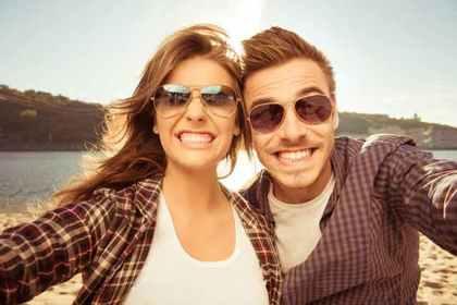 笑顔でセルフィーするカップル
