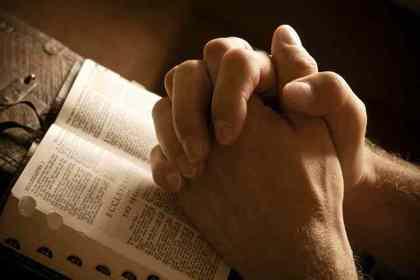 手を組んで祈る人