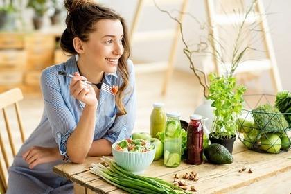 サラダを食べる女性