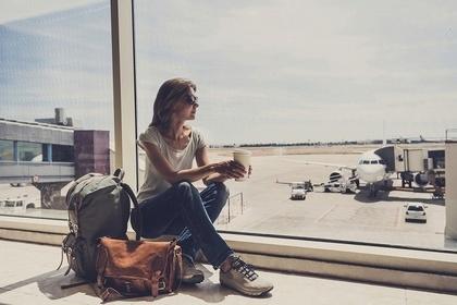 空港で飛行機に乗るのを待つ女性