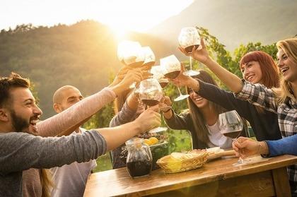 ワインで乾杯する人