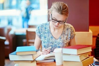 語学勉強中の女性