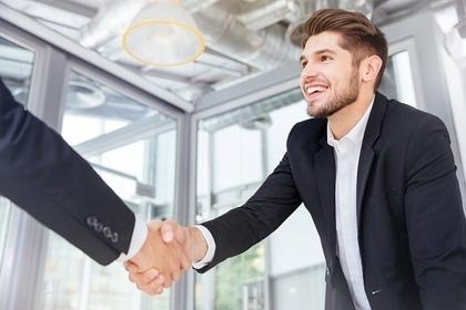 握手をする男性