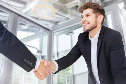 握手する風景