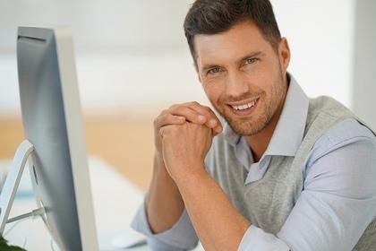 微笑する男性
